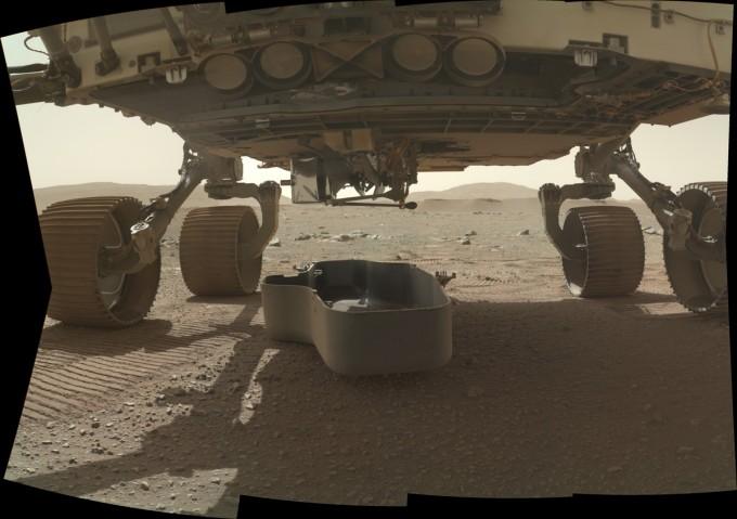 퍼시비어런스는 인지뉴이티를 덮고 있던 덮개를 21일 벗겨냈다. 흑연 재질의 덮개가 화성 바닥에 떨어진 모습. NASA 제공