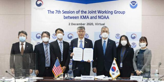 박광석 기상청장(가운데)이 '제7차 한·미 기상협력회의' 영상회의에 참여한 관계자들과 함께 협약서를 들어 보이고 있다. 기상청 제공