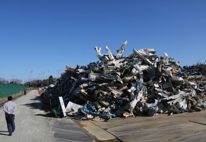 주민 떠난 후쿠시마 귀환곤란구역에 수거된 폐기물. 이곳에는 2011년 3월 후쿠시마 제1원전에서 폭발 사고가 발생한 후 주민들이 피난한 뒤 일대의 각종 시설물에서 철거한 폐기물 등이 임시로 보관돼 있다. 후쿠시마/연합뉴스 제공