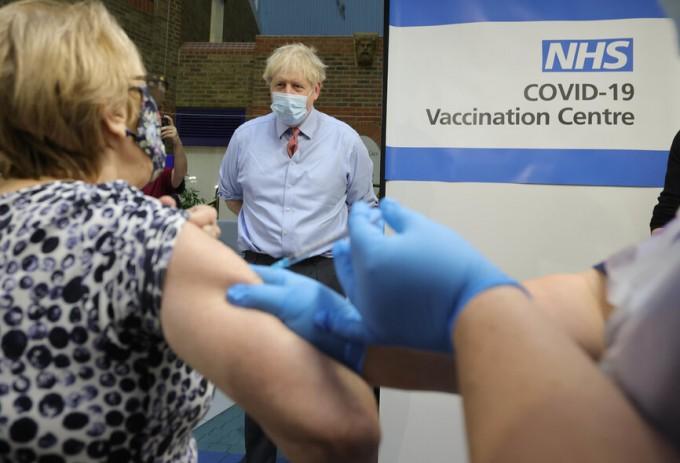 영국 런던에서 보리스 존슨 총리가 한 시민이 화이자의 코로나19 백신을 맞는 모습을 보고 있다. 신화/연합뉴스 제공