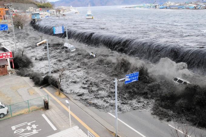 사진은 일본 동일본 대지진 이후 밀어닥친 쓰나미가 지난 3월11일 미야코시 헤이가와만의 방파제 위로 무섭게 밀려들고 있는 모습이다. AP/연합뉴스 제공