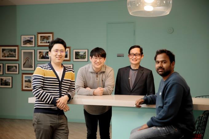 (좌측부터) 윤형석 연구원(공동 제1저자), 이덕형 연구조교수, 김대식 교수, 바마데브 다스 연구원(공동 제1저자) UNIST 제공