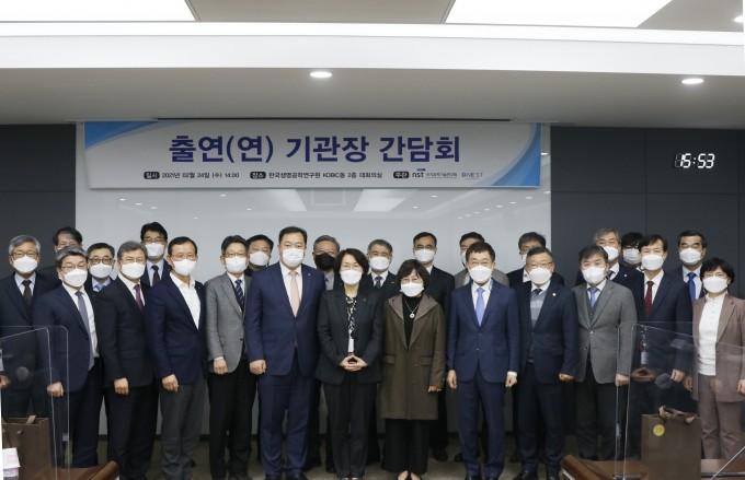 국가과학기술연구회는 2월 24일(수), 한국생명공학연구원 KOBIC동 대회의실에서 출연(연) 기관장 간담회를 개최하였습니다. 이번 간담회는 임혜숙 연구회 이사장, 소관 출연연구기관장 등 30여명이 참석했다. 국가과학기술연구회 제공