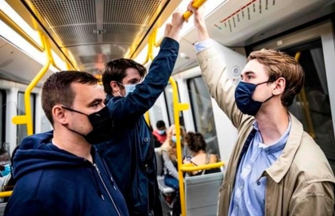 덴마크 코펜하겐의 한 지하철에서 청년 3명이 마스크를 끼고 있다. AFP/연합뉴스 제공