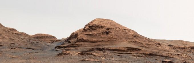 화성 탐사 로버 '큐리오시티'로 화성을 연구하고 있는 미국항공우주국(NASA) 소속 큐리오시티 연구팀이 화성의 언덕에 신종 코로나바이러스 감염증(COVID-19·코로나19) 사망한 과학자'라파엘 나바로'의 이름을 따 '라파엘 나바로 산'이라고 이름 붙였다.. NASA/JPL-Caltech/MSSS 제공