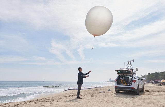 기상과학자들은 양간지풍이 불어온 지난해 3, 4월 강원 양양과 고성에서 풍선에 매달아 대기 중 기압과 기온, 바람, 습도를 관측해 지상으로 송신하는 전자 장비인 '레이윈존데'를 활용해 특별관측을 했다. 강원지방기상청 제공