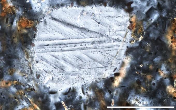 평범한 석영과 달리 운석이 충돌한 지형에서 발견되는 석영은 충격으로 변형되어 특이한 줄무늬 구조가 나타난다. 우경식 제공