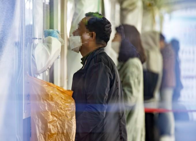 9일 0시 기준 신종 코로나바이러스 감염증(코로나19) 신규 확진자가 하루 만에 700명대에서 600명대로 떨어졌다. 연합뉴스 제공