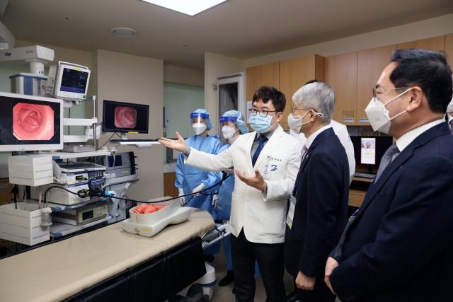 닥터앤서 대장내시경실에 방문한 최기영 장관. 길병원 제공