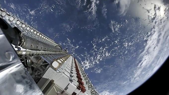 로켓에 실려 우주로 발사된 스타링크 위성 60기. 스페이스X 제공