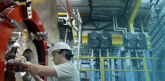 TAE테크놀로지스 엔지니어가 핵융합 장치를 점검하고 있다. TAE테크놀로지스 제공.