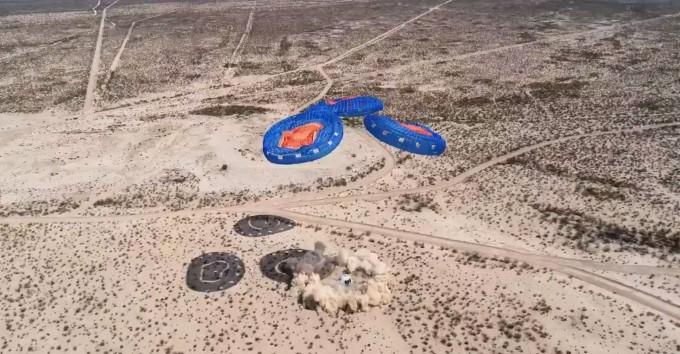 착륙 중인 뉴셰퍼드 캡슐. 블루오리진 라이브 캡쳐