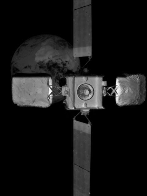 MEV-2와 인탤샛 10-02가 도킹을 위해 점차 가까워지고 있다. 인탤샛 너머로 지구가 보인다. 노스럽 그러먼 제공
