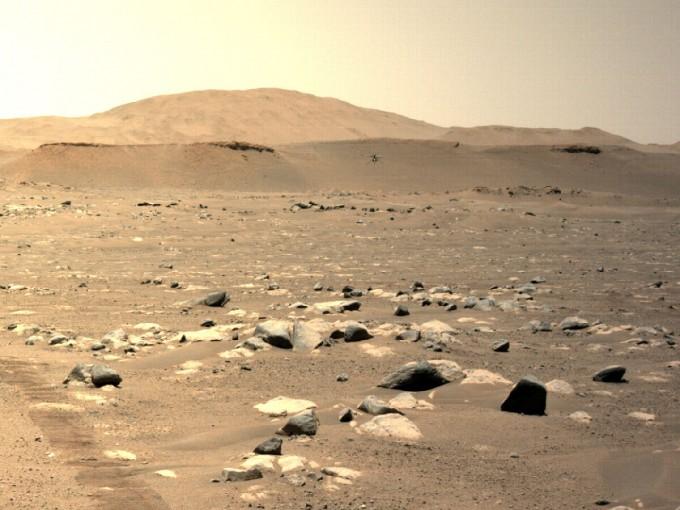 NASA의 무인 화성 헬기 ′인저뉴이티′가 25일(미국 동부시간) 진행된 3차 비행에서 약 50m 거리를 비행하는 데 성공했다. 비행하는 인저뉴이티를 NASA의 화성 탐사 로버 ′퍼시비어런스′가 촬영했다. NASA 제공.