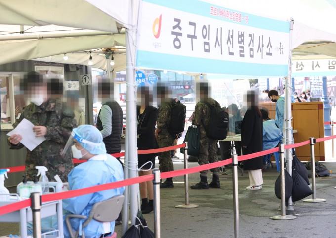서울역광장에 마련된 임시선별진료소에서 시민들이 검사를 받기 위해 기다리고 있다. 연합뉴스 제공