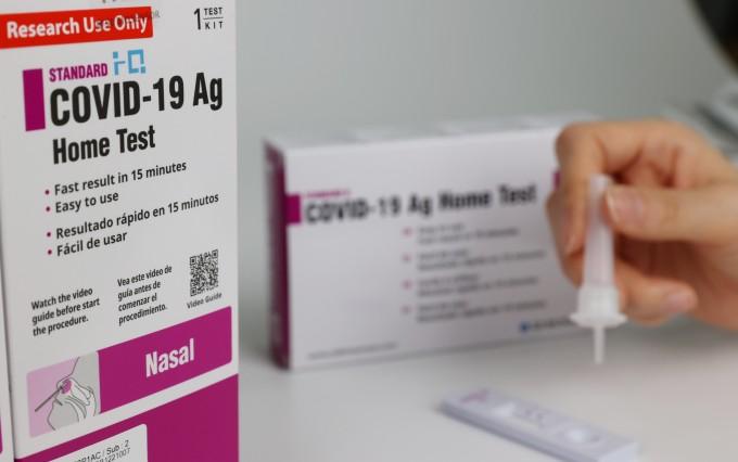 국내 자가검사키트 개발사인 에스디바이오센서 관계자가 신종 코로나바이러스 감염증(코로나19) 자가검사키트를 이용해 검사를 시연하고 있다. 연합뉴스 제공