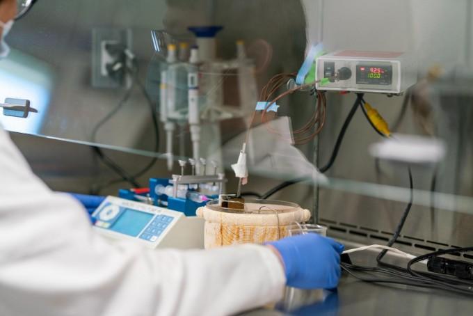 한아름 미국 텍사스A&M대 교수 연구팀이 코로나바이러스를 고온에 순간적으로 노출시키는 실험을 진행하고 있다. 텍사스A&M대 제공