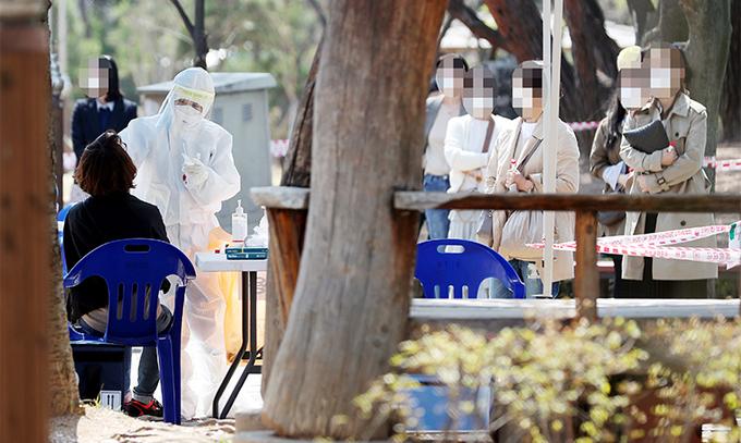 인천 어린이집 관련 신종 코로나바이러스 감염증(코로나19) 확진자가 속출한 6일 오후 인천시 연수구 동춘근린공원에 마련된 임시 선별검사소에서 한 시민이 검체 검사를 받고 있다. 연합뉴스 제공