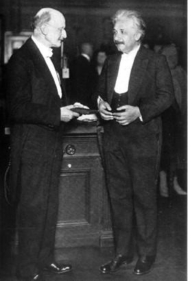 막스플랑크와 아인슈타인. 1929년 플랑크는 아인슈타인에게 플랑크 메달을 수여했다. 과학동아DB