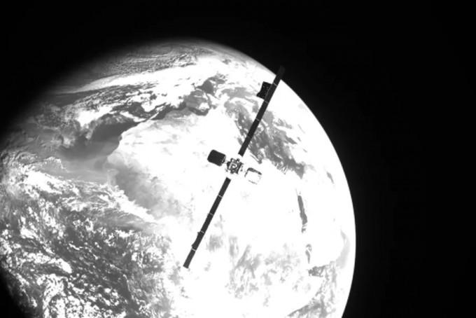 노스럽 그러먼의 ′임무 연장 위성(MEV)-2′가 상업통신업체 인탤샛의 정지궤도 통신위성 ′인탤샛-10-02′(사진)과 도킹하기 위해 접근하며 촬영한 사진이다. 두 위성은 정지궤도인 고도 3만 6000km에서 도킹에 성공했다. 노스럽 그러먼 제공