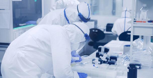 한 제약기업 연구원들이 바이러스성 감염병에 맞서기 위한 치료제 개발에 몰두하고 있다. 코비드R&D얼라이언스 제공.