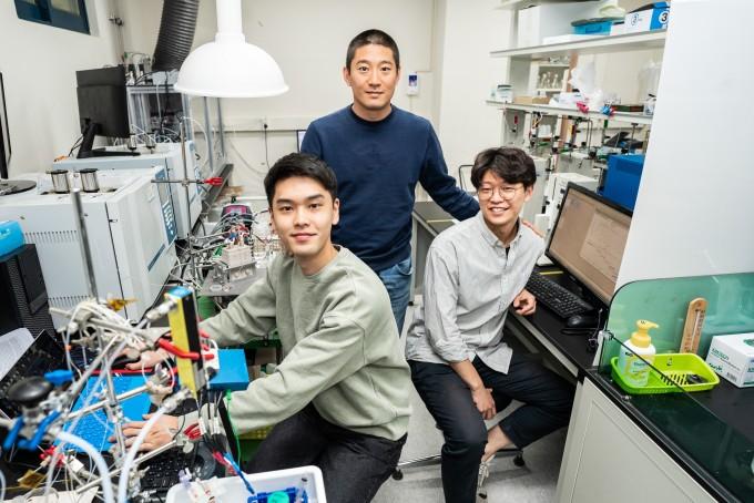 왼쪽부터 배근수 박사과정생, 최창혁 교수, 김해솔 박사과정생. GIST 제공