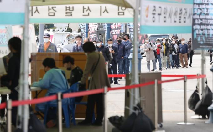 지난 2일 서울역 광장에 마련된 임시선별 검사소를 찾은 시민들이 검사를 받기 위해 대기하고 있다. 연합뉴스 제공