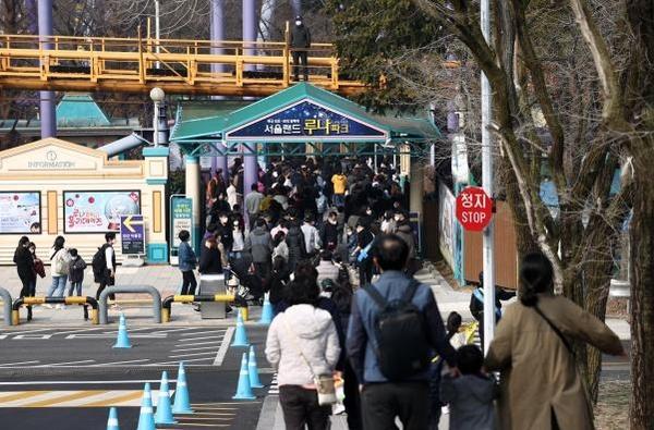 지난 3월 과천 서울랜드를 찾은 시민들이 동문매표소에서 입장을 기다리고 있다. 연합뉴스 제공