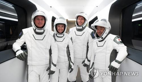 스페이스X 첫 재활용 유인 우주비행, 악천후로 하루 연기