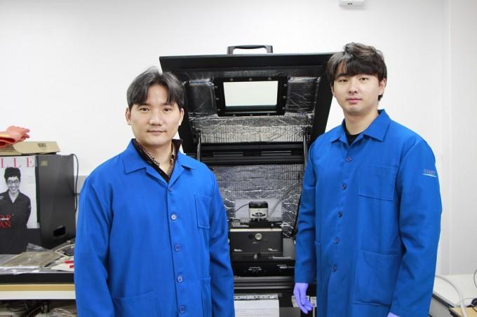 홍승범(왼쪽) KAIST 신소재공학과 교수와 박건 박사과정생. KAIST 제공