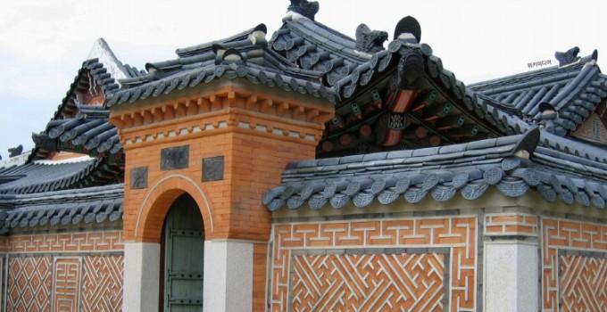 서울 경복궁의 벽면 장식. 같은 모양이 규칙적으로 반복되며 평면을 채우고 있는 테셀레이션(쪽매맞춤)을 볼 수 있다. 위키미디어 제공