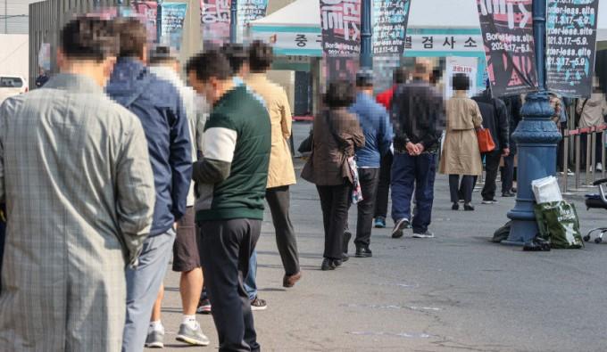 20일 오전 서울 중구 서울역 광장에 설치된 신종 코로나바이러스 감염증(코로나19) 임시 선별검사소에서 시민들이 검사를 받기 위해 줄지어 서 있다. 연합뉴스 제공