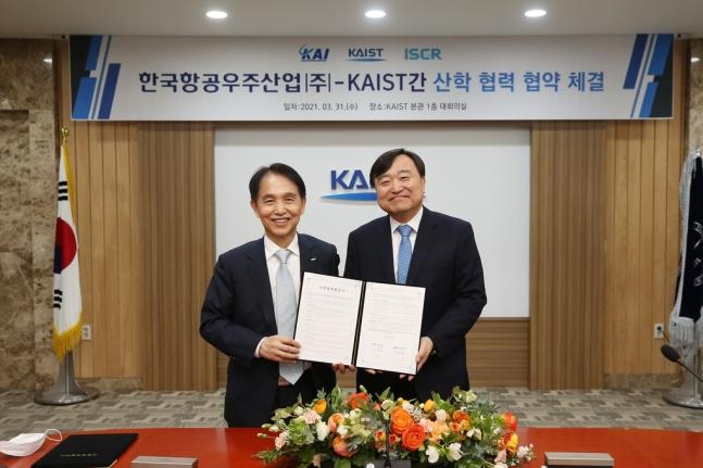 지난달 31일 KAIST 본관에서 안현호 KAI 사장(왼쪽)과 이광형 KAIST총장이 항공우주기술연구센터 설립을 위한 업무협약(MOU)를 맺었다. KAI 제공