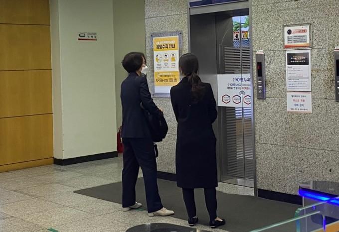 임혜숙 과학기술정보통신부 장관 후보자가 21일 서울 종로구 광화문우체국에 마련된 사무실로 세번째 출근을 하고 있다. 고재원 기자 jawon1212@donga.com