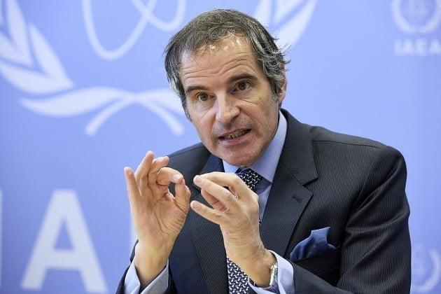 14일(현지시간) 오스트리아 빈에서 열린 언론 인터뷰에서 라파엘 그로시 국제원자력기구(IAEA) 사무총장이 일본 정부의 원전 오염수 해양 방류 결정에 대해 발언하고 있다./ 사진=연합뉴스