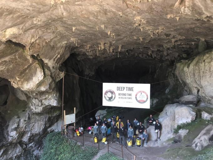 딥 타임 프로젝트 참가자들이 40일간의 지하 동굴 생활을 끝낸 뒤 동굴 입구로 나온 뒤 선글라스를 착용한 채 기념사진을 촬영했다. HAI 제공.