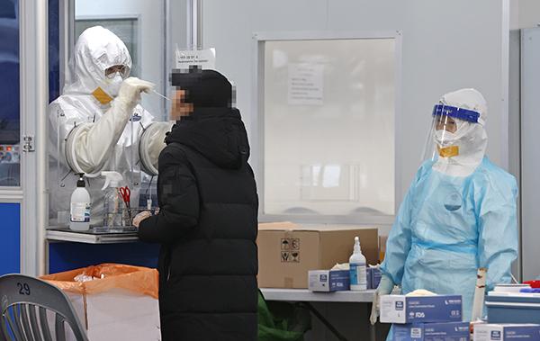 서울 송파구보건소 선별진료소를 찾은 시민들이 코로나19 검사를 받고 있다. 연합뉴스 제공
