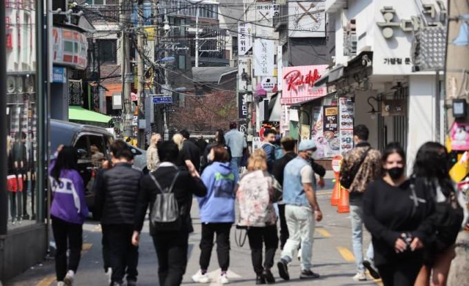 정부가 오는 12일부터 수도권과 부산 등 거리두기 2단계 지역의 유흥시설 집합을 금지한 가운데 지난 11일 서울 홍대클럽거리에서 외국인 및 시민들이 걸어가고 있다. 연합뉴스 제공