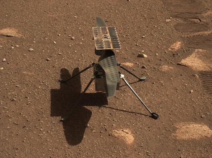 화성 첫 무인 헬기 인저뉴이티가 비행 준비를 위해 화성 표면에 내려앉은 모습을 탐사 로버 퍼시비어런스가 촬영했다. NASA 제공.
