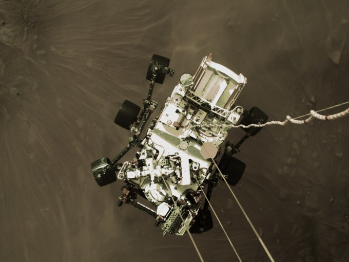화성 탐사 로버 퍼시비어런스가 실제로 착륙하는 장면이다. 퍼시비어런스가 실린 캡슐과 스카이크레인에 있는 카메라가 착륙 과정을 촬영한 사진이다. NASA 제공.
