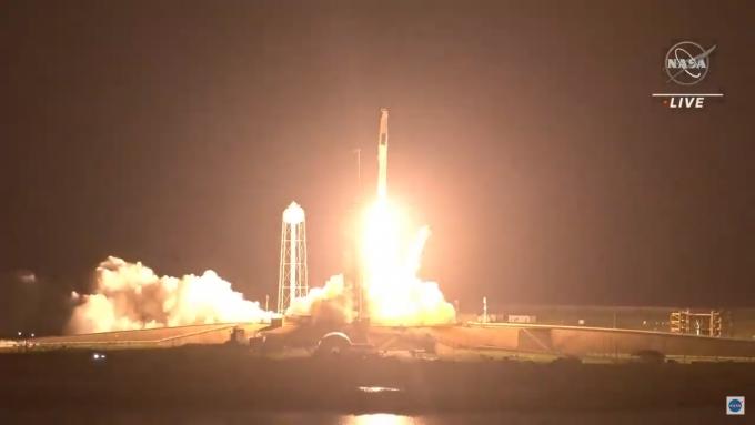 우주인 4명을 태운 유인 캡슐 ′크루 드래건′이 23일 오후 6시 49분 미국 플로리다주 케네디우주센터에서 재활용 로켓 ′팰컨9′에 실려 발사됐다. NASA 유튜브 캡처