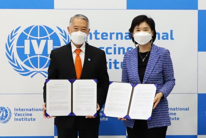 한국파스퇴르연구소 지영미 소장(오른쪽)과 국제백신연구소 제롬 김 사무총장이 31일 국제백신연구소에서 개최된 양해각서 체결식에서 기념사진을 촬영하고 있다. 한국파스퇴르연구소 제공