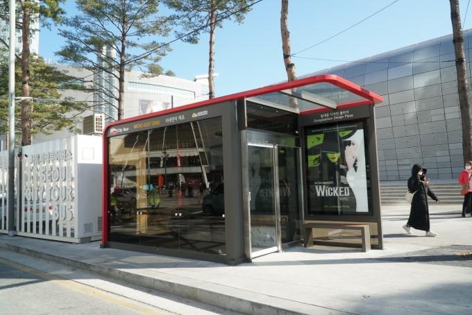 동대문디지털플라자(DDP) 앞 시티투어 버스정류장에 설치된 '미세먼지 제로 버스정류장'. 한국건설기술연구원 제공