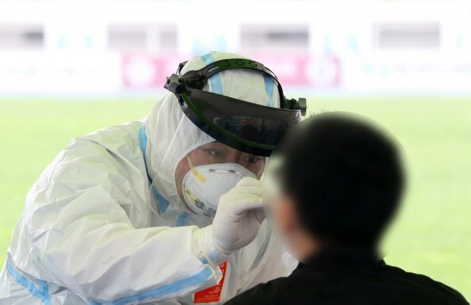 17일 경북 경주시민운동장 앞에서 경주시민이 신종 코로나바이러스 감염증(코로나19) 검사를 받고 있다.연합뉴스 제공