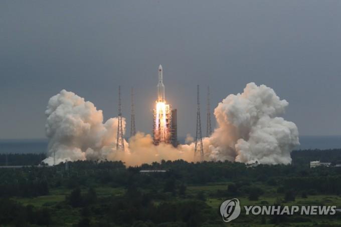 중국이 개발한 독자 우주정거장의 핵심 모듈 ′톈허′(天和)를 실은 창정 5B 로켓이 지난달 29일 하이난(海南)성 원창(文昌) 기지에서 발사되고 있다. 신화=연합뉴스 제공