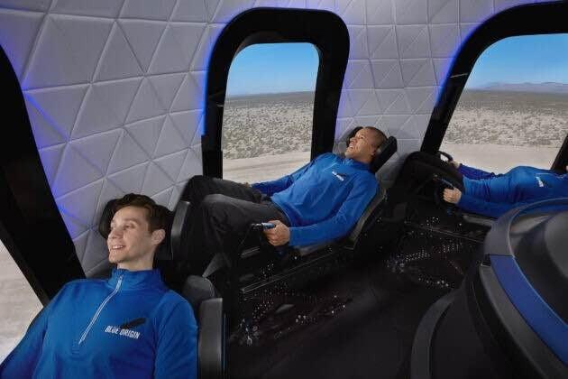 블루 오리진의 뉴 셰퍼드 우주캡슐. 최대 6명까지 탑승할 수 있다. 좌석 밑에 X자 형태의 엑슬이 있어 180도로 누울 수 있다. 블루 오리진 제공