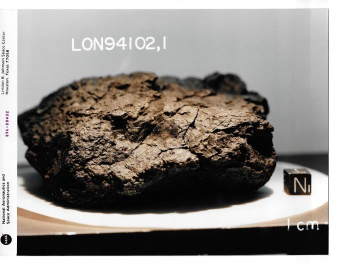 지난 2011년 탄소질 운석 11점을 정밀하게 분석한 결과 1969년 호주에 떨어진 머치슨 운석과 1994년 남극에 떨어진 론울프 누나탁스 94102 운석(사진)에 2-아미노아데닌(Z)이 존재하는 것으로 밝혀졌다. NASA 제공