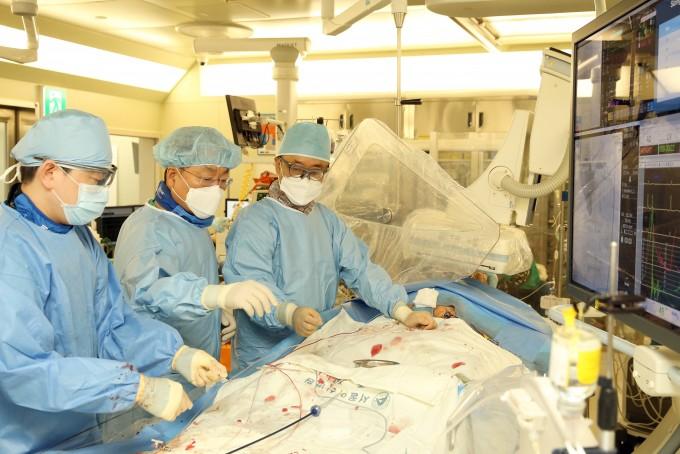 대동맥판막 스텐스 시술을 진행하고 있는 서울아산병원 의료진. 서울아산병원 제공