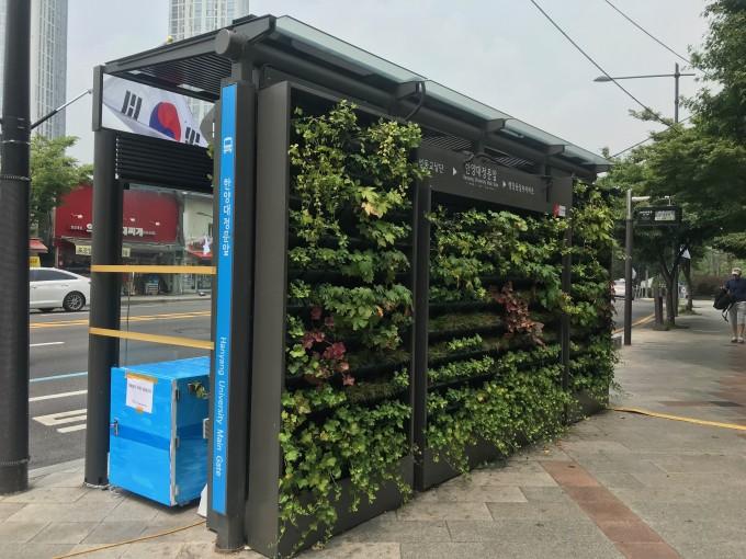 2018년 서울 성동구 한양대역 앞 버스정류장에 처음 설치된 초기 형태의 '미세먼지 제로 버스정류장'이다. 현재는 철거됐다. 한국건설기술연구원 제공