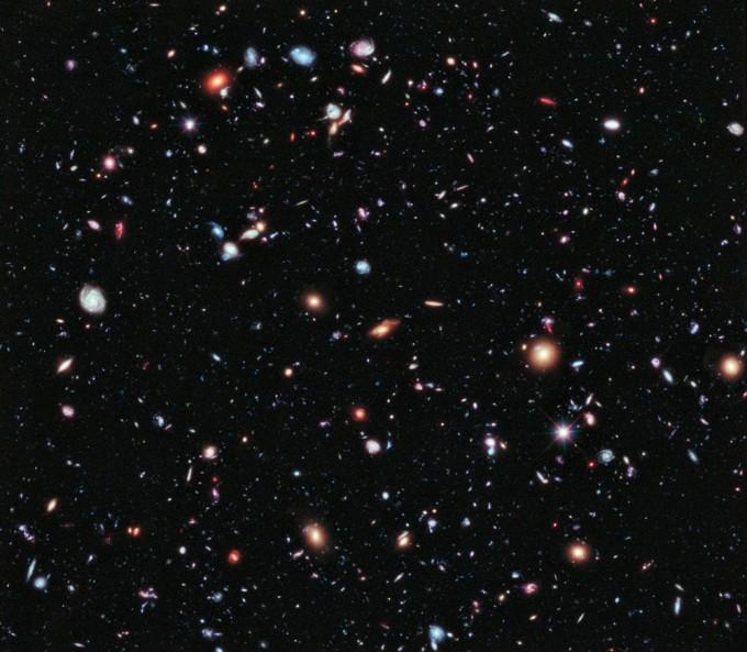 우주에는 1000억 개가 넘는 은하가 존재한다. 이 가운데 반물질로 이뤄진 반은하도 존재할지 모른다. 그러나 빛이나 중력파 같은 관측 데이터로는 물질 천체와 반물질 천체를 구분할 수 없다. NASA 제공